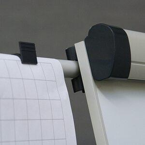 Kartka bloku na ramionach flipcharta