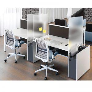 Osłona ochronna montowana do krawędzi biurka z uchwytami do blatu. Przegroda na biurko